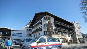 Poliisiauto Itävallan hiihtojoukkueen majoituspaikan edessä Seefeldissä.
