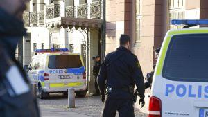 Poliisiautoja ja poliiseja
