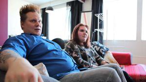 Kimmo Venäläinen ja Ella Kähönen istuvat yhdessä sohvalla.