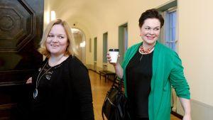 Valiokunnan puheenjohtaja Krista Kiuru ja varapuheenjohtaja annakaisa Heikkinen saapuvat sosiaali- ja terveysvaliokunnan kokoukseen eduskunnassa Helsingissä perjantaina 1. maaliskuuta
