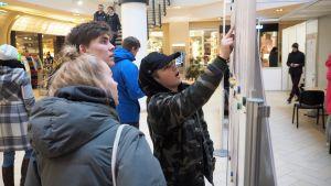 Tallinnalaisnuoret miettivät sunnuntaina Solaris-kauppakeskuksen äänestyspaikalla, ketä ehdokasta äänestäisivät.