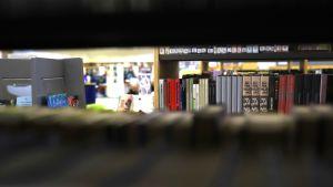 Kirjoja kirjaston kirjahyllyssä.