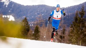 Algo Kärp hiihtää.