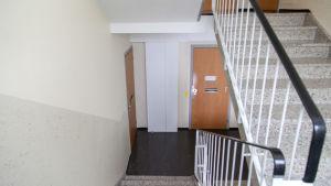 Poistoilman lämmön talteenoton putkien koteloita kerrostalon käytävällä