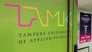 Tampereen ammattikorkeakoulun logo ovessa