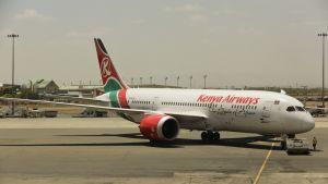 Kenya Airwaysin lentokone kentällä