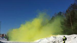 Vihreää savua nousee ilmoille vaunusta osana Kouvolan suuronnettomuusharjoitusta.