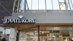 Laatukorun myymälä kauppakeskus Jumbossa Vantaalla 27. lokakuuta 2018. Kuvan ylälaidassa myymälän yläpuolella näkyy kauppakeskuksen rikottu ikkuna. Laatukorusta varastettiin lauantain vastaisena yönä kolmen ja neljän välillä satojentuhansien eurojen edestä koruja.