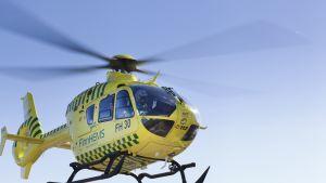 FinnHEMSin helikopteri lennossa.