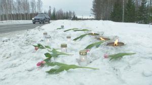 Tulppaaneja ja kynttilöitä kolaripaikalla Polvijärventiellä Liperissä.