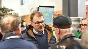 Juha Sipilä keskustelee yleisön kanssa vaalitilaisuudesas.