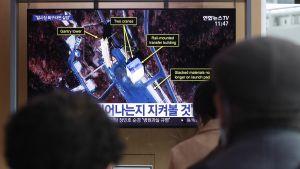 Etelä-Korealaisia katsomassa televisiota rautatieasemalla Soulissa 7. maaliskuuta.
