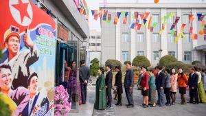 Ihmisiä jonottamassa äänestykseen Pjonjangisssa.