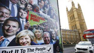 Uutta kansanääestystä kannattavan kampanjan teippauksin varustetu pakettiauto parlamenttitalon edustalla Lontooossa.