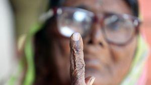 Intialaisnainen esitteli musteella merkittyä sormea äänestettyään paikallisvaaleissa marraskuussa 2018.
