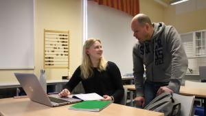 Lappajärven lukion 2. luokan matematiikan tunnilla Eveliina Kujala ja opettaja Marko Kivinen.