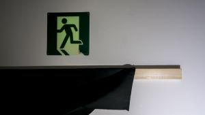 Pakohuoneturvallisuus hohtava exit-kyltti