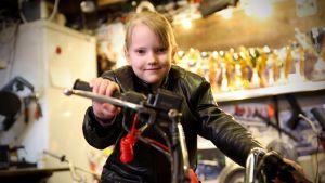 6-vuotias Ella Pukkila pääsee pian jo harjoittelemaan moottoripyörällä ajamista.