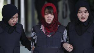 Malesialaispoliisit saattoivat itkuisen Doan Thi Huongin oikeudesta torstaina.