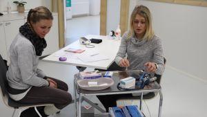 Sairaanhoitajat opiskelevat lääkemääräyskoulutusta Lahden ammattikorkeakoulussa