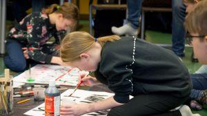 Koululaisia valmistamassa kylttejä ilmastolakkoa varten Pohjois-Hervannan koululla Tampereella
