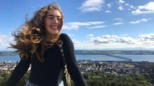 Irlantilais-suomalainen Ida O'Mahoney on kotiutunut hyvin Skotlantiin. Näkymä kaupunkiin avautuu Dundee Law -mäeltä.
