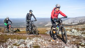 Maastopyöräilijöitä Ylläksellä.