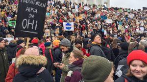 Nuoria mielenosoittajia Tuomiokirkon portailla ennen kansainvälisen nuorten ilmastolakon marssia Helsingissä perjantaina 15. maaliskuuta