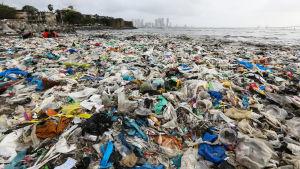 Meriveden rantaan huuhtomaa muovijätettä Mahim-rannalla Mumbaissa.