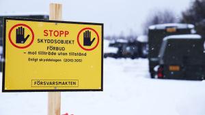 Stop-kyltti Haaparannan jäähallin pihalla