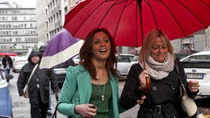 Imane Fadil (vas.) saapumassa Milanon oikeustaloon huhtikuussa 2012.