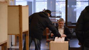 Äänestyslipun pudotus