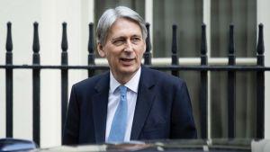 Britannian valtiovarainministeri Philip Hammond poistumassa pääministerin virkahuoneistosta Downing Street 10:stä.