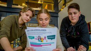 Kartanon koulun ysiluokkalaiset Miro Mäkinen, Ella-Maria Multala, Ilja Karvonen