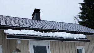 Lumet tulleet mökin katolta alas.