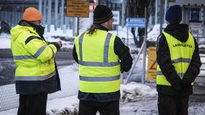 Lakkovahteja Oulun Stora Enson tehtaan portin edustalla.