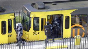 Poliisin erikoisjoukot tarkastavat raitiovaunua.