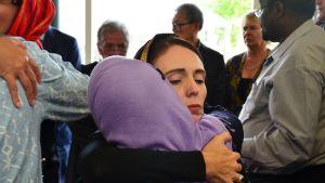 Uuden-Seelannin pääministeri Jacinda Ardern tapaa ihmisiä Christchurchissa moskeijassa.