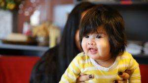 Dua Olivia Pazilla on paksu, hartioille ulottuva vauvatukka