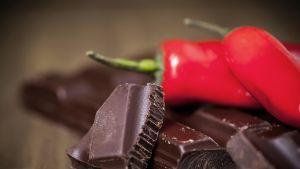 Chiliä ja suklaata.