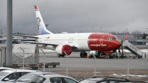Lentokiellossa oleva Norwegianin Boeing 737 MAX 8 -kone Helsinki-Vantaan lentokentällä