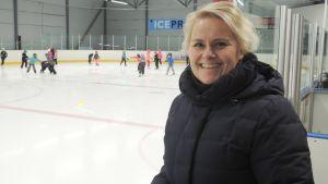 Tiina Järvinen vei ekaluokkalaisensa luistelutunnille koulupäivän aluksi.