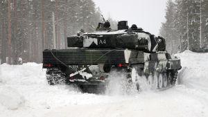 Suomalainen Leopard-panssarivaunu sotaharjoituksessa Pohjois-Ruotsissa.