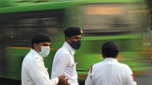 Poliisit pukeutuvat hengitysmaskeihin Delhissä