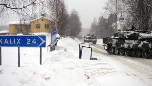 Suomalaisia panssarivaunuja pohjoisruotsalaisella kylänraitilla sotaharjoitusten aikaan.