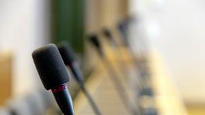 Mikrofoneja Oulun kaupungintalon valtuustosalissa