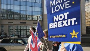 Mielenosoittajia EU:n rakennusten ulkopuolella Brysselissä 21. maaliskuuta.