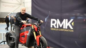 RMK Vehicle Corporationin toimitusjohtaja Tuomo Lehtimäki ja RMK E2 sähkömoottoripyörä.