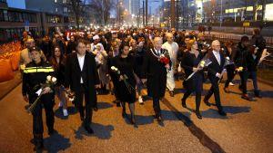 Hiljainen marssi Utrechtin uhrien muistoksi.