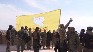 Syyrian demokraattiset voimat (SDF) nostavat lippunsa islamilaisen ryhmän viimeisen bastionin rakennuksessa Syyrian itäisessä Baghuzin kylässä.